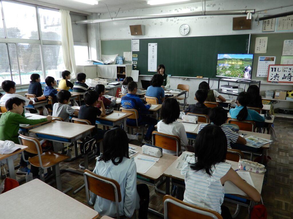 小学校のクラスで職員が霧ヶ峰の話をしている様子