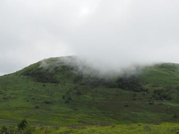 山に霧がかかる